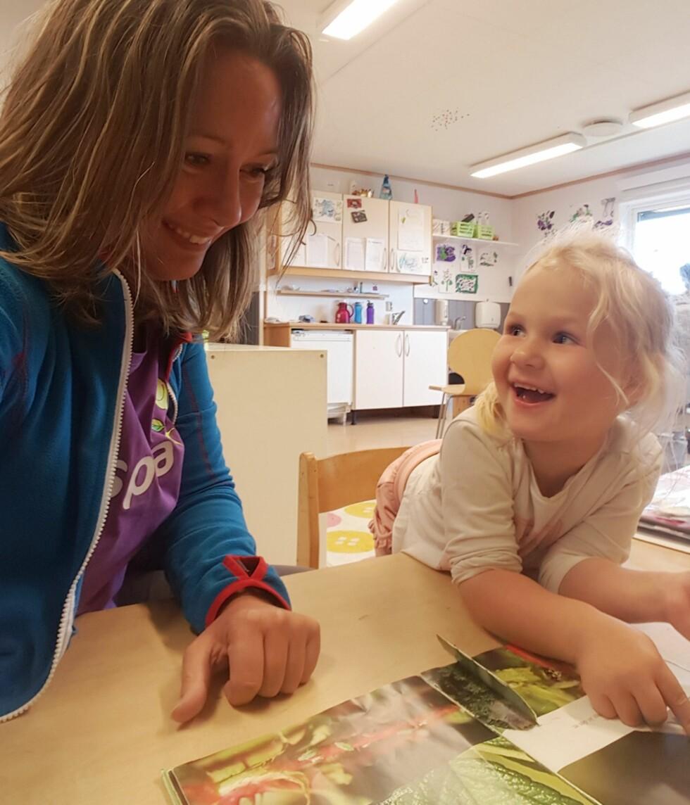 TELLER PRIKKENE PÅ MARIHØNA: Telma Sjøenden Johnsen (4) er allerede godt i gang med forberedelsene til skolestart. Foto: Espira Kløverenga barnehage