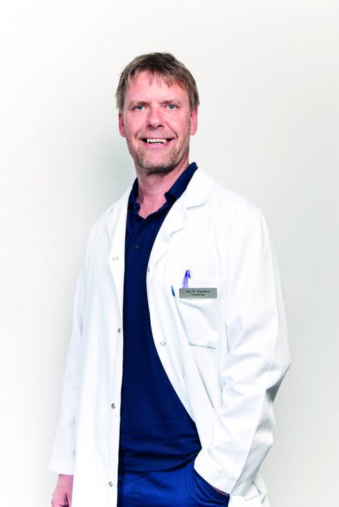 Klinikksjef Jon Hausken ved Klinikk Hausken i Haugesund har lang erfaring med utredning og behandling av ufrivillig barnløse. Han mener at det å selv kunne bestemme barnets kjønn, helt enkelt er noe tull.  Foto: Øystein R. Lundberg