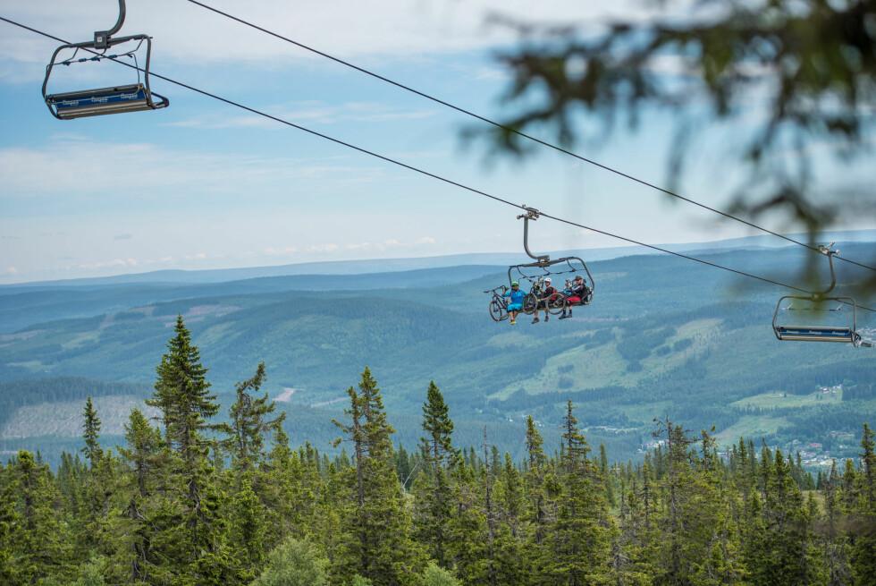 <strong>HEISEN OPP:</strong> Om vinteren skiheis - nå sykkelheis. Herlig utsikt! Foto: Hans Martin Nysæter / Destinasjon Trysil