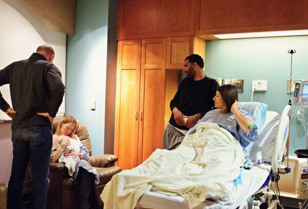 DOBBEL LYKKE: Nancy og Justin (t.v.) holder sin yngste datter Audrey etter at Ashley har født henne.  Foto: SWEELTY CHERISHED PHOTOGRAPHY