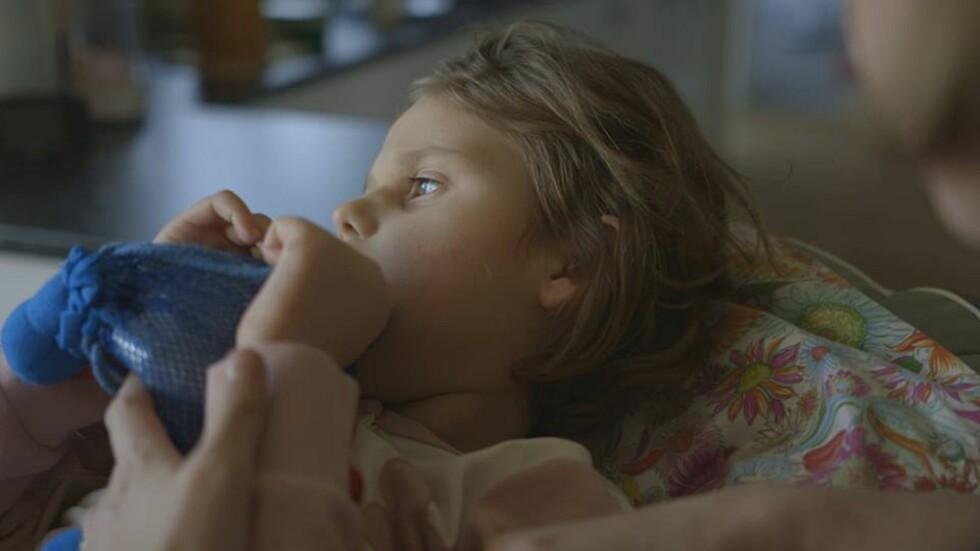 HARDT RAMMET AV EPILEPSI: Seks år gamle Emily er født med en alvorlig og sjelden epilepsidiagnose.  Foto: Privat