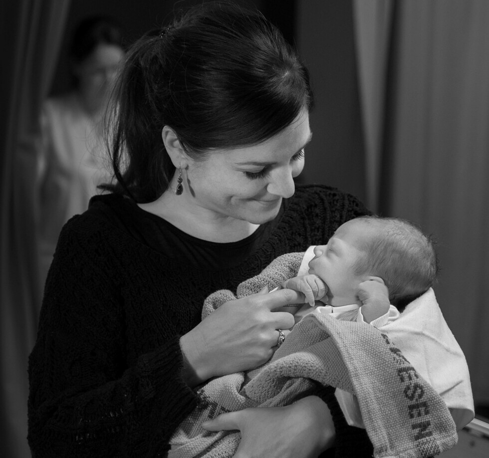 DELAKTIG: - Jeg står ofte og holder i føtter og hender mens jeg motiverer til pressing, sier fødselsfotograf Eva Rose. Foto: Eva Rose