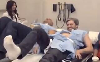 SE VIDEO: To menn prøver fødselssimulator