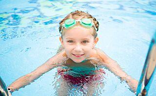 Slik lærer du ditt barn å svømme - 10 tips