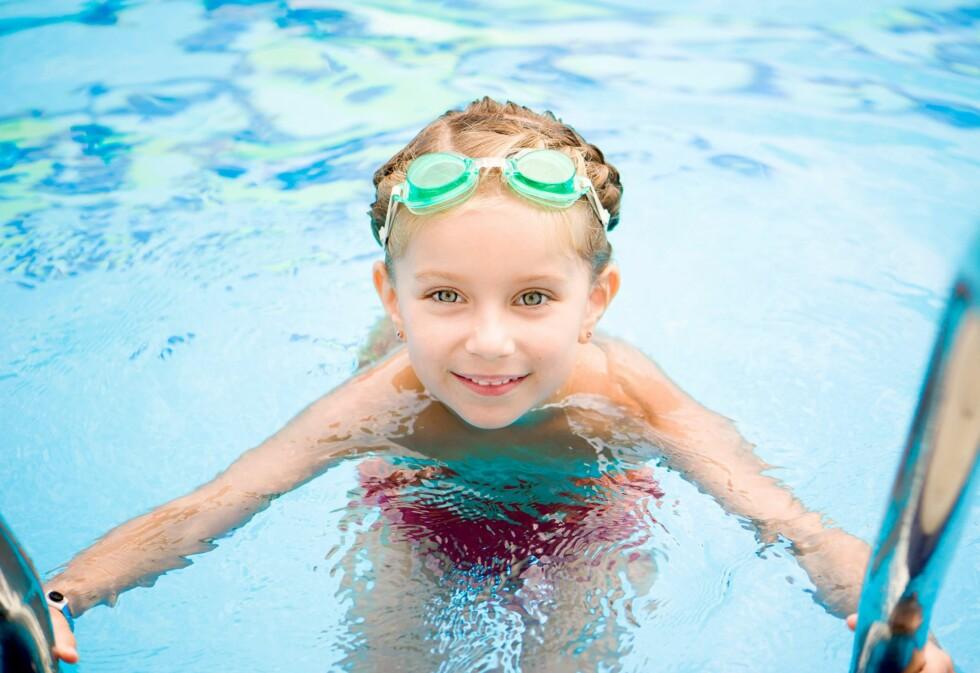 LÆRE Å SVØMME Jo tidligere barn begynner svømmelæring, jo bedre. Da lærer de fortere å bli fortrolig med vann.  Foto: NTB/ Scanpix
