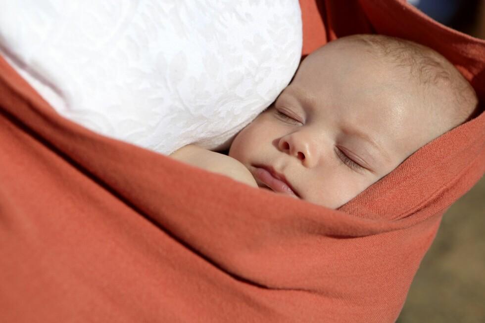 KUN VED AMMING: Det er kun ved amming at barnet kan ligge sidelengs i bæretøyet.  Foto: NTB/ Scanpix