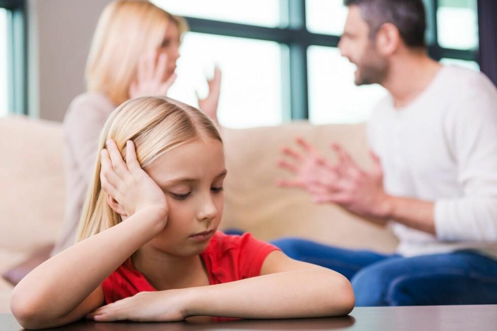 FÅR DET MED SEG: Trodde du at du kunne servere en mamma og pappa har det helt fint-løgn etter å ha kranglet høylytt? Det vil alltid dukke opp situasjoner der løgnen røpes. Dessuten er barn veldig flinke til å tolke foreldrenes atferd og få mistanke om at noe er galt. Si det heller som det er: Vi er litt uvenner akkurat nå, og mamma er lei seg. Foto: NTB/ Scanpix