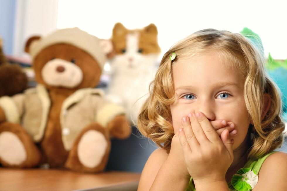 EN HEMMELIGHET: - Barn lærer like mye av å observere hva foreldrene gjør, som av hva vi sier at de skal gjøre. Barna vil med andre ord lære at det er greit å lyve. Prøv å være et godt forbilde for barna dine, anbefaler ekspertene. Foto: NTB/ Scanpix