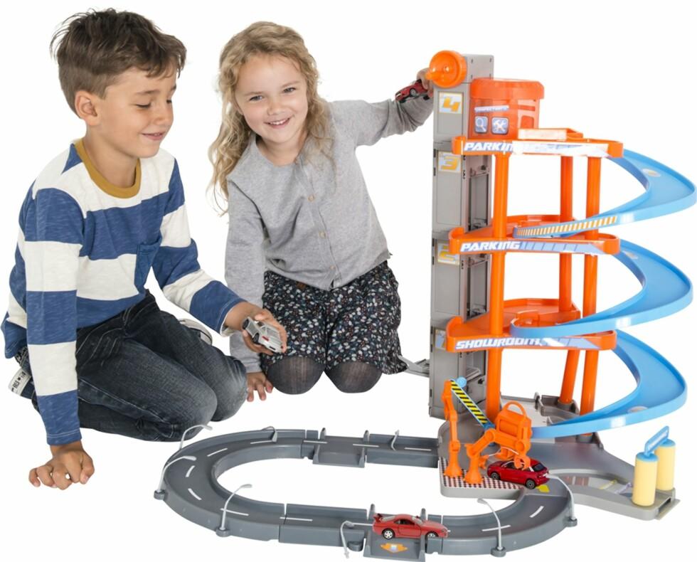 BILDE FRA BR LEKEKATALOG: Selvsagt kan både gutter og jenter leke med bilbaner! Foto: Top Toy