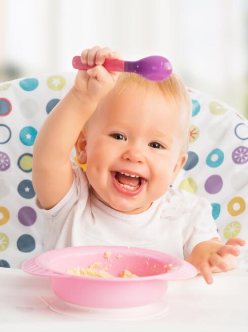 BEGYNN MED SKJE: La barnet begynne å spise med skje - og husk at du må tåle litt grisingi. Foto: NTB Scanpix/Shutterstock