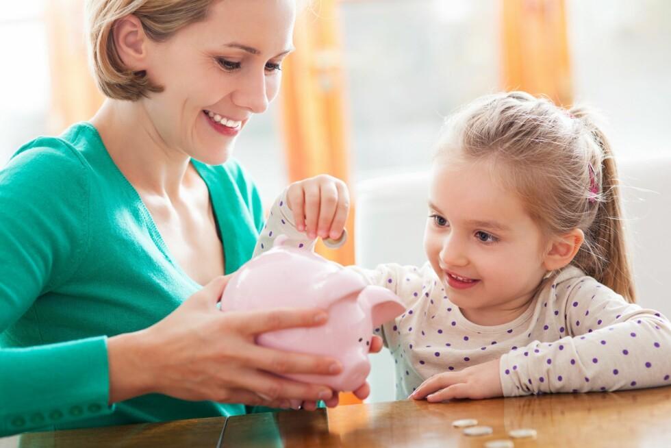 <strong>BUDSJETTPRATEN:</strong> - Fortell om pengene som kommer inn og pengene som går ut, og hva dere gjør med pengene dere har til overs. Skaff deg en nøyaktig oversikt over hva dere som familie bruker penger på hver måned og gå kronologisk gjennom lista med barnet. Foto: NTB/ Scanpix