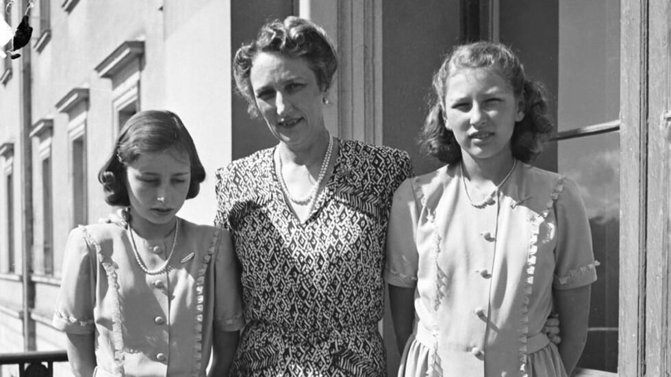 PRINSESSENAVNET SOM BLE TRENDY: Oslo 1945. Her ser vi (f.v.) prinsesse Ragnhild, kronprinsesse Märtha og prinsesse Astrid, 13 år. Foto: NTB arkiv / Scanpix