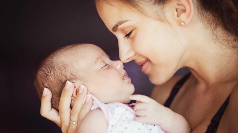 UIMOTSTÅELIG: Det er nesten umulig å ikke snuse litt ekstra på nyfødte babyer - de lukter jo så godt! Foto: NTB Scanpix