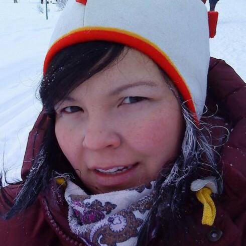 <strong>LEDER BARNEHAGE I KARASJOK:</strong> Laila Labba Wilhelmsen tror at enkelte nok overdriver faren ved å gå ut når det er kaldt. Foto: Privat