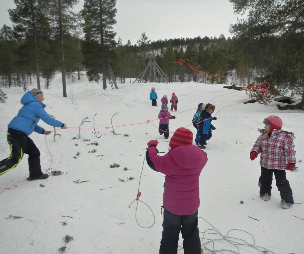 <strong>LEKER SEG HELST UTENDØRS:</strong> Det skal være veldig kaldt før barna i Badjemánáid Beaiveruoktu barnehage holder seg inne.  Foto: Privat