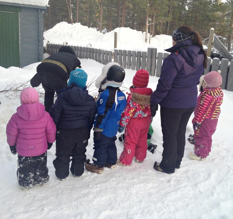 <strong>GODT KLEDDE:</strong> Lag på lag med ull, reveskinnsluer og skaller på beina er med på å holde barna i Karasjok gode og varme. Foto: Privat