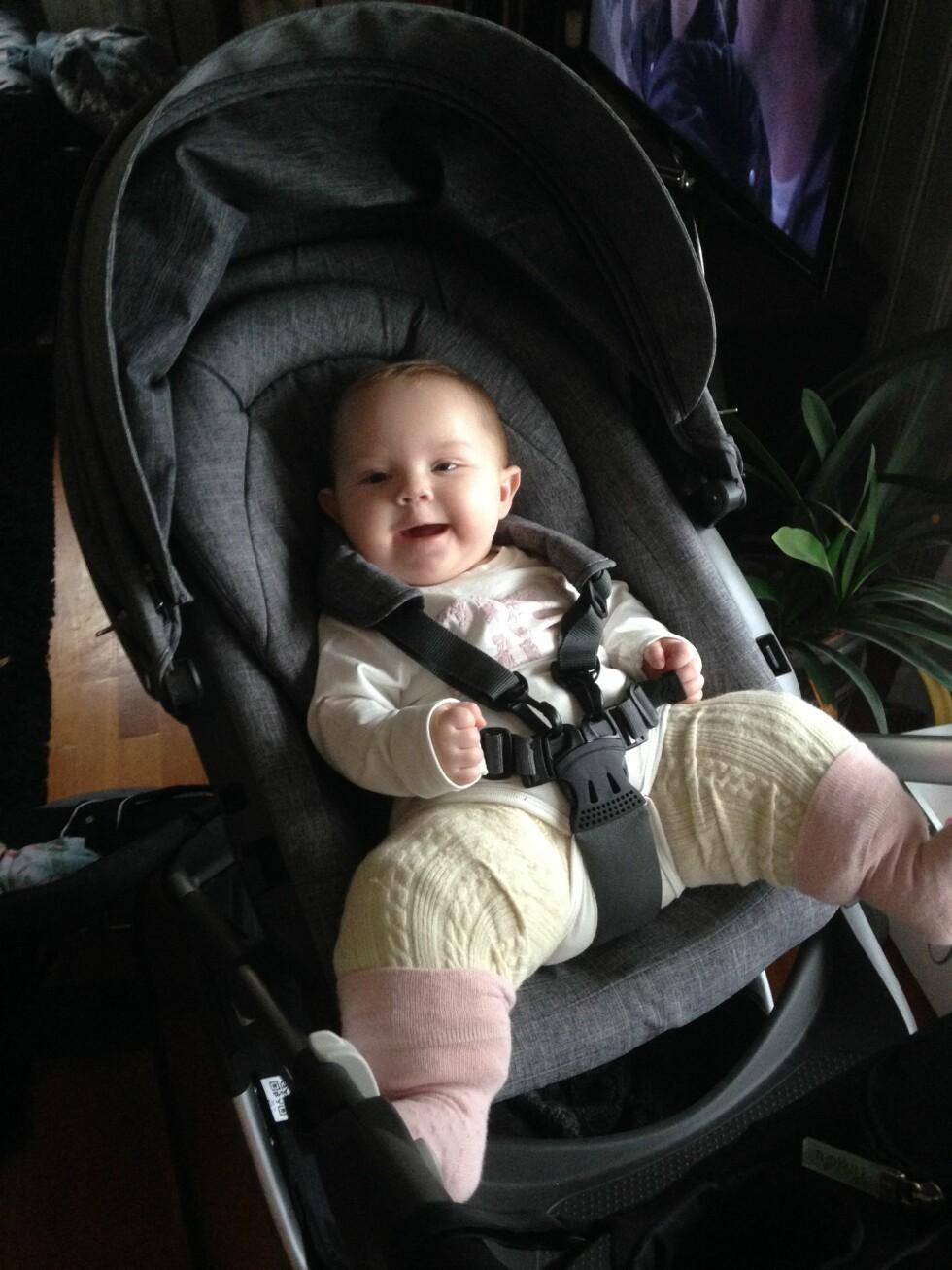 GIPSET FRA LIVET OG NED: Ny vogn og bilsete måtte kjøpes inn for at Mina skulle få sitte godt med bena ut til siden. Foto: Privat