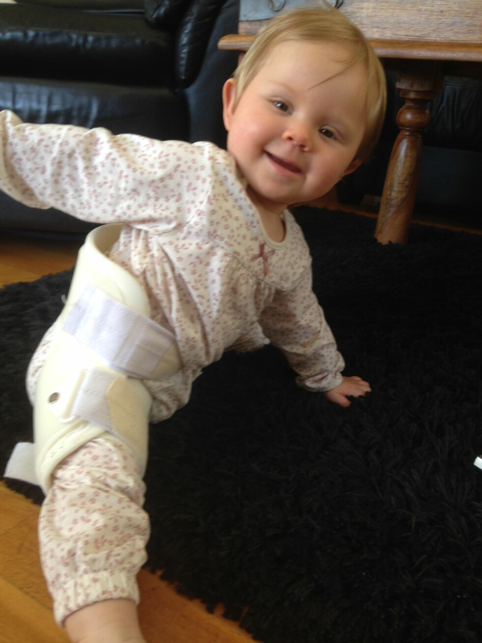 LIKE BLID: Mina lot seg ikke stoppe av at hun måtte bruke skinne for å holde hoftene på plass. Foto: Privat
