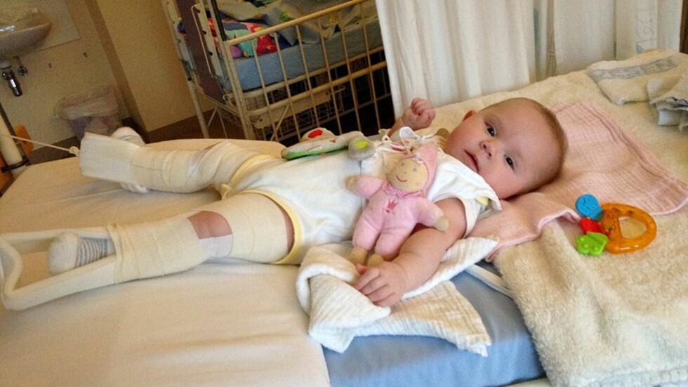 I STREKK: Seks måneder gamle Mina måtte ligge i strekk før hun kunne opereres for hofteleddsdysplasi. Foto: TVNorge