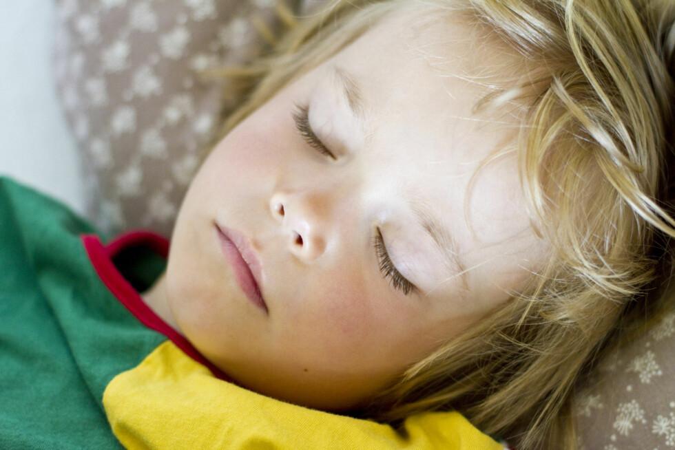 DAGSØVN: De fleste barn slutter å sove på dagen når de er rundt tre. Man bør slutte når man ser at dagsøvnen går ut over nattesøvnen. Foto: NTB Scanpix/Fernow