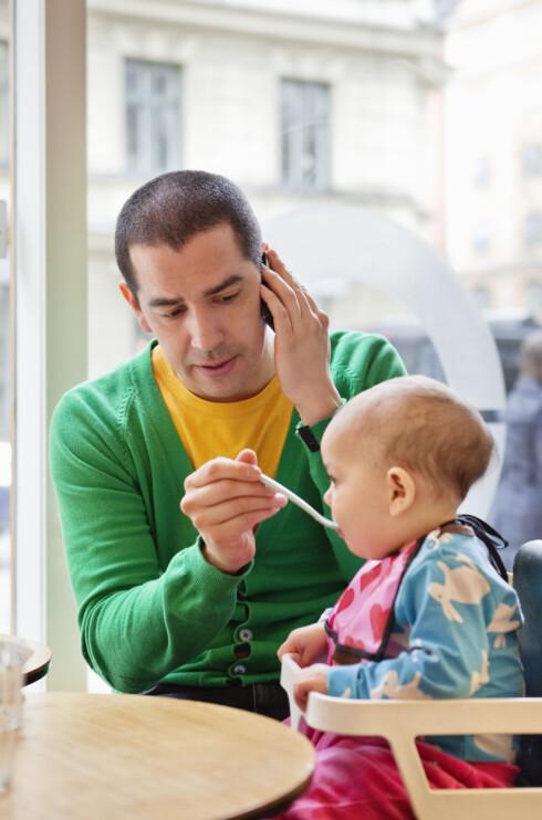 MULTITASKING: Å mate barnet samtidig som du er opptatt i mobilen er ikke tilrådelig, mener ekspertene.  Foto: Maskot
