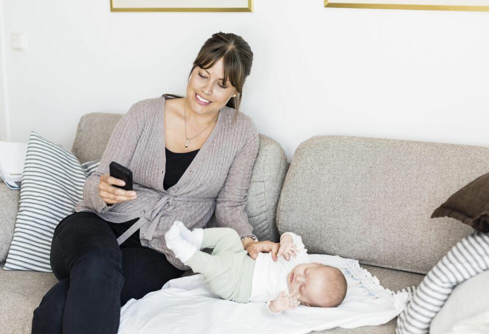 AVHENGIG AV MOBILEN: Får mobilen mer oppmerksomhet enn barnet burde varsellampene lyst for lenge siden. Foto: Mascot