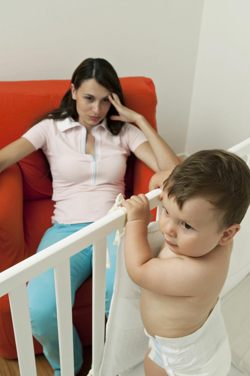NEKTER Å SOVE: En metode hvis barnet nekter å sove kan være å sitte på rommet sammen med barnet, men gi barnet minst mulig oppmerksomhet. Foto: NTB Scanpix/Stefano Lunardi