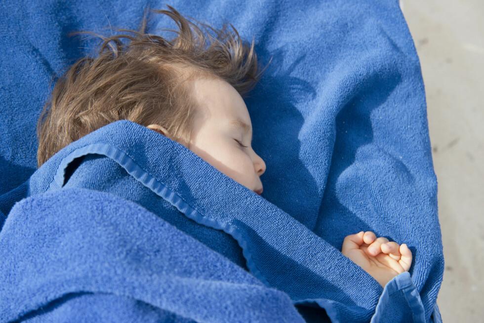 SOV GODT: Når barnet er mellom seks og tolv måneder er det på tide å slutte med nattmat - noe som ofte er en utfordring.   Baby Boy Napping Foto: NTB Scanpix