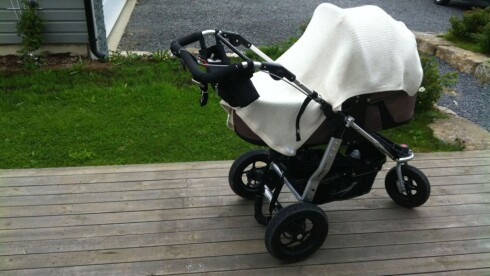 ABSOLUTT IKKE GREIT: Teppe over vogna kan være farlig for din baby. Foto: Mammanett