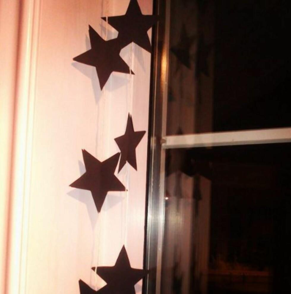 VIMPELREKKE: Pynt opp et vindu med disse fine stjernene. Foto: Merete Pedersen