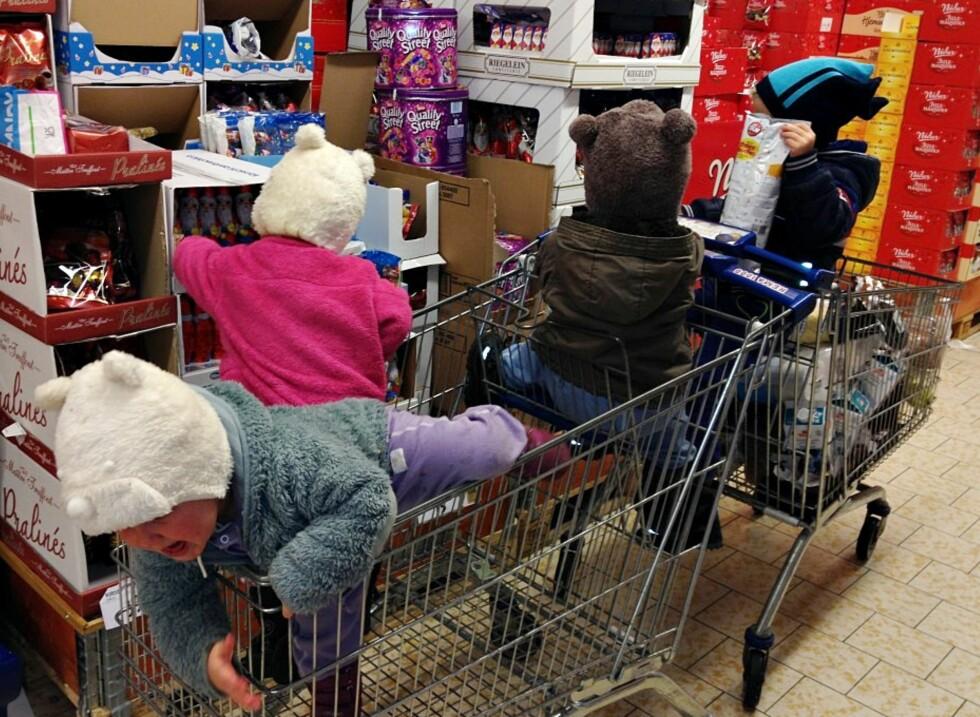 I BUTIKKEN: Helgehandelen kan være utfordrende når man skal ha med seg fire små. Foto: Privat