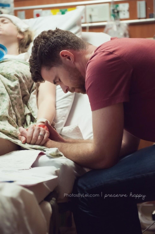 En far i bønn for at fødselen skal gå bra. Foto: Leilani Rogers