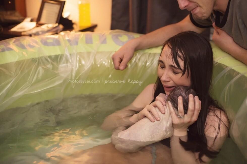 En lykkelig mor etter en vellykket vannfødsel. Foto: Leilani Rogers