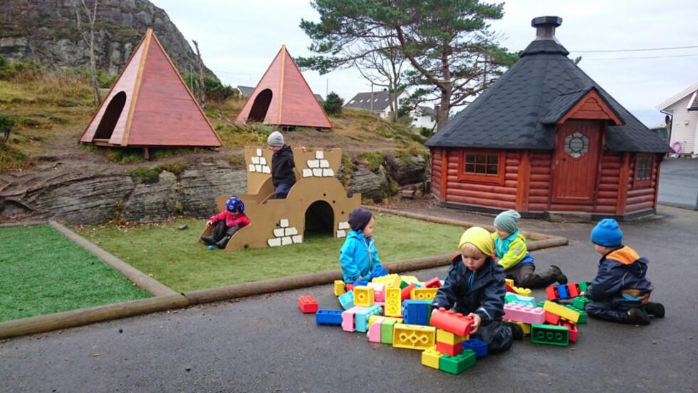 UTEBARNEHAGE: Ungene i Langøy friluftsbarnehage utenfor Bergen er ute hele dagen hele året, og da er det ull som gjelder aller innerst. -Ellers blir de kalde, sier bestyrer Lise Lauvik. Foto: Barnehagen Foto: Foto: Barnehagen