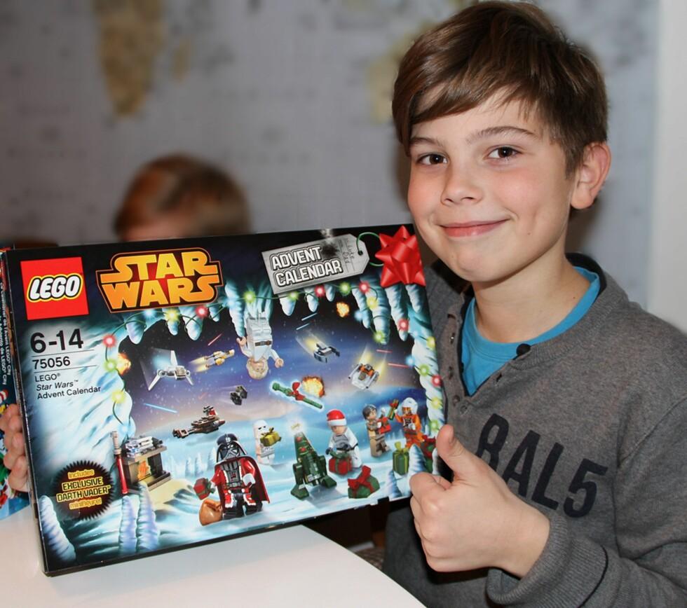 FAVORITT HOS ELDSTEMANN: Isak gir tommelen opp for Lego Star Wars kalenderen, som ikke skuffer i år heller. Foto: Privat