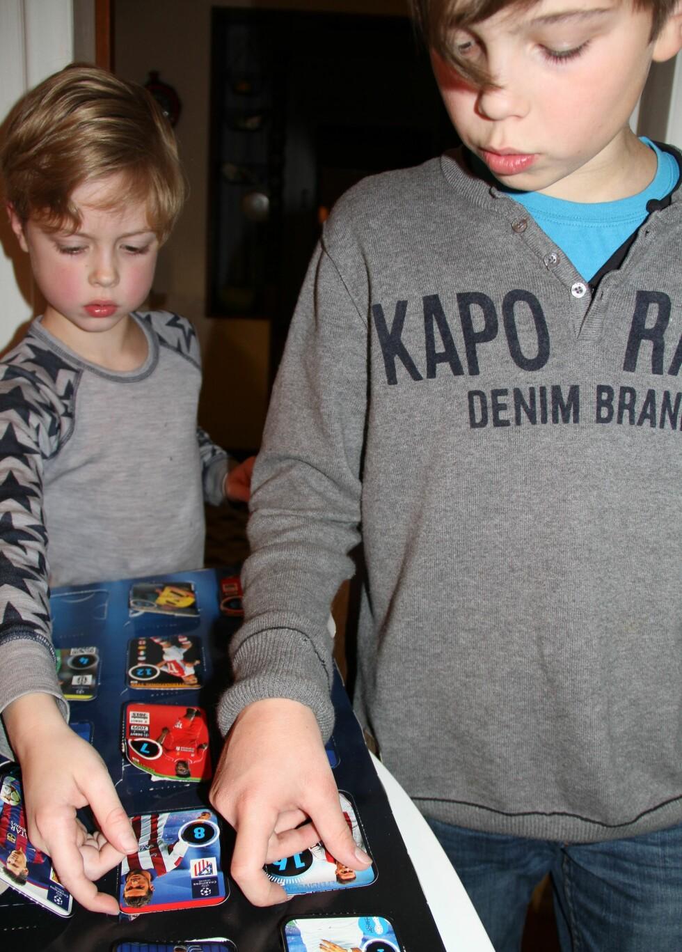 GODT MOTTATT: Julekalenderen med fotballkort falt godt i smak hos Jonah (6) og Isak (11). Foto: Privat