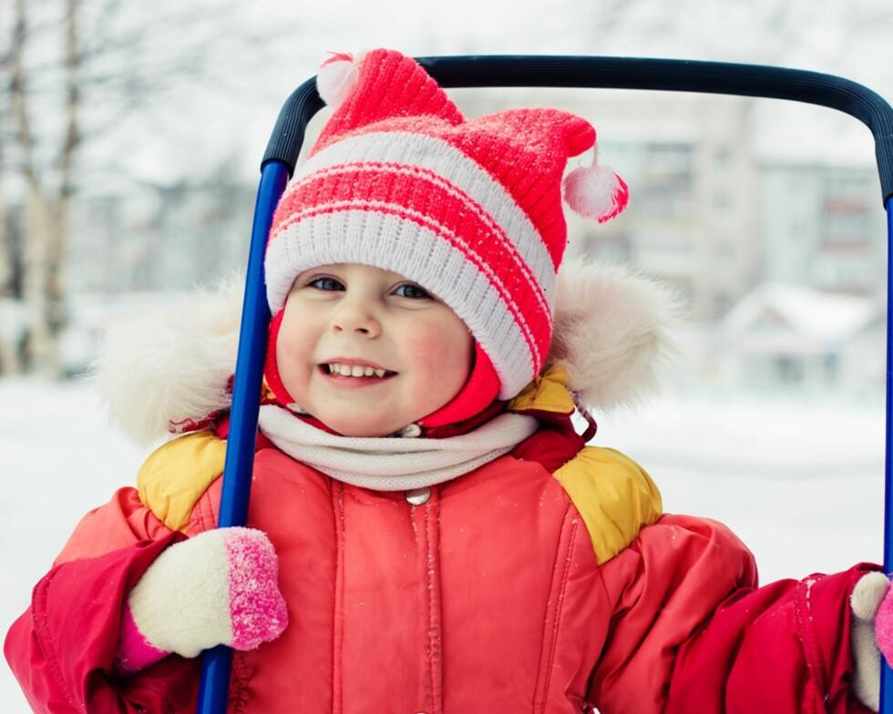 MED LUA PÅ:  Når det er kaldt ute, blir man syk om man ikke går med lue på. Eller? Foto: Shutterstock