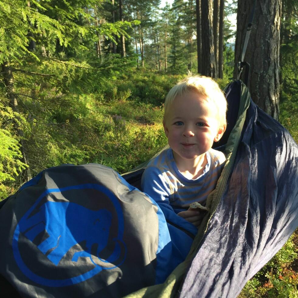 SOVER UTE: Soveplassen til Marius (5) når han er på tur med mamma, består av en hengekøye med både madrasser og utstyr for å gjøre natten så behagelig og trygg som mulig.  Foto: Privat