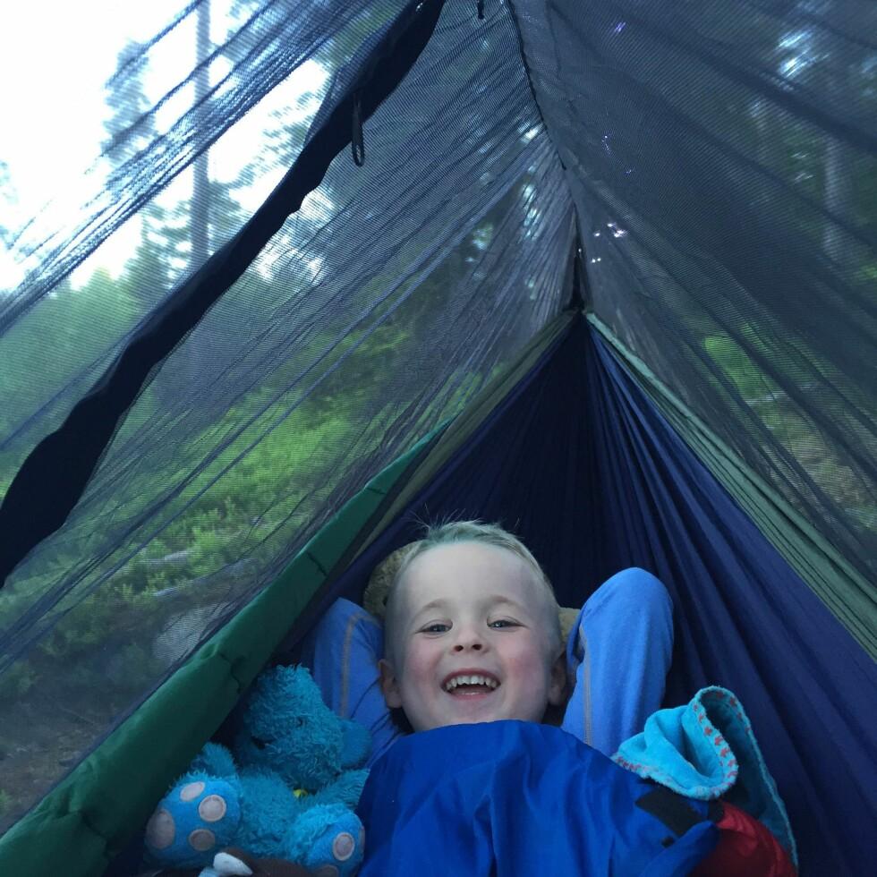 KOSELIG: - Uansett hvor full sekken er til turen, så husk bamsen/ kosedyr slik at barna er så trygg som mulig der de skal sove, anbefaler Monica.  Foto: Privat