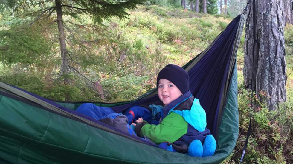 SOVER UTE: Marius (5) er en ekte friluftsgutt som gjerne sover under åpen himmel i skogen. Foto: privat