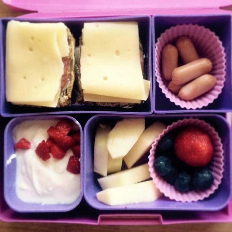 VARIERT: Nina synes det er viktig at matpakkene inneholder mye forskjellige. Foto: Privat
