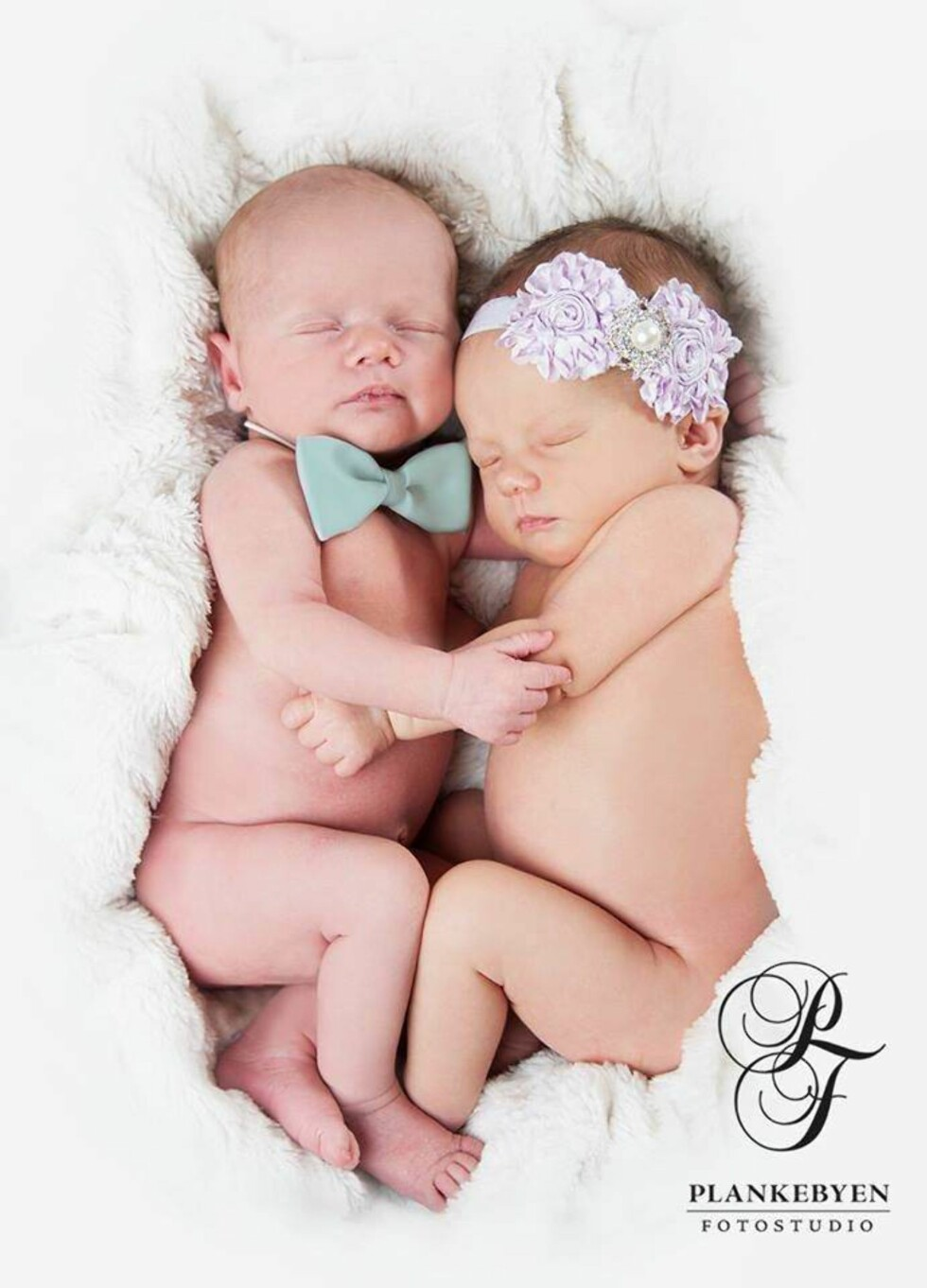 SØSKENKJÆRLIGHET: Mariann forteller at hun knapt hadde fotografert tvillinger før hun fikk det selv.  Foto: Mariann Bekkevold Lyby / Plankebyen Fotostudio