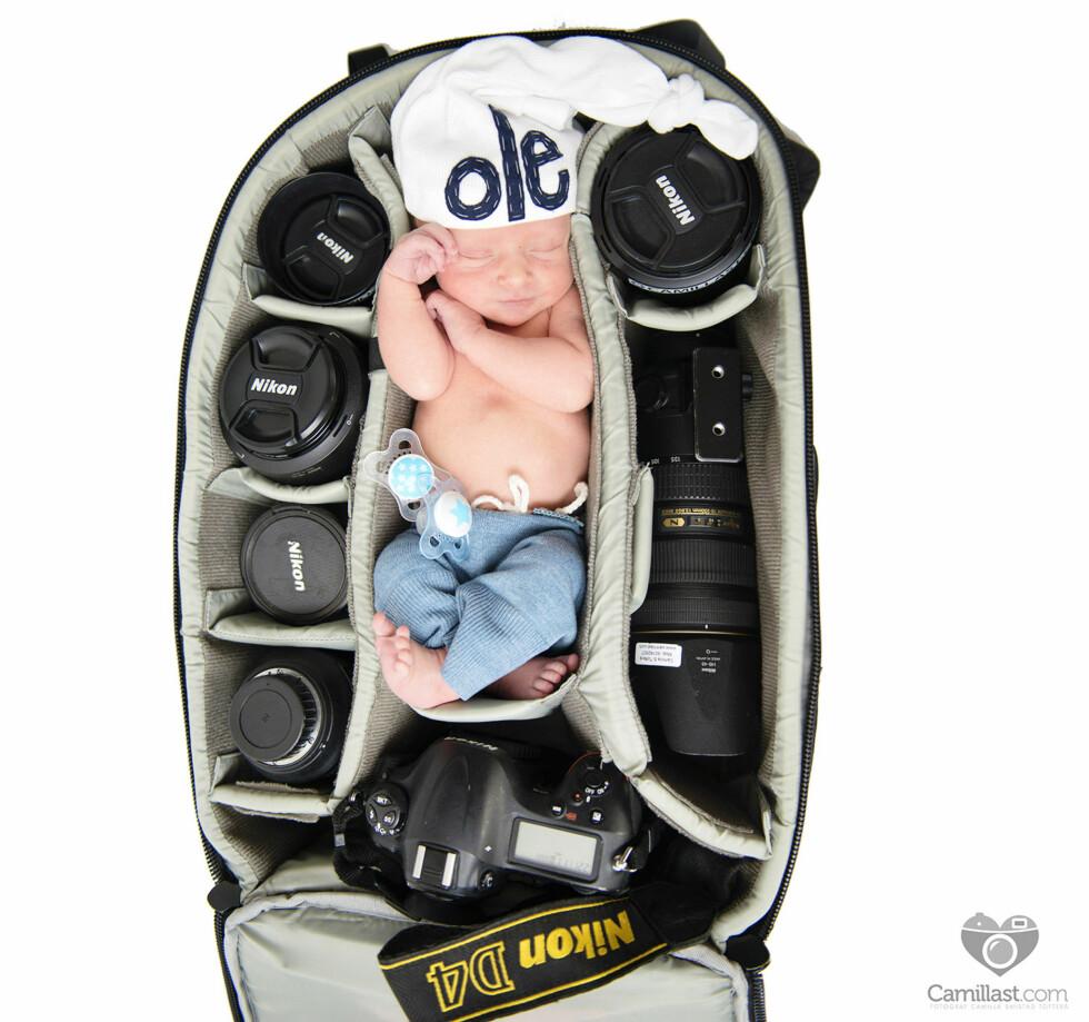 MED MAMMA PÅ JOBB: Camilla fikk et utradisjonelt foto av sønnen da hun plasserte ham oppi fotobagen sin.  Foto: Fotograf Camilla Smistad Tofterå