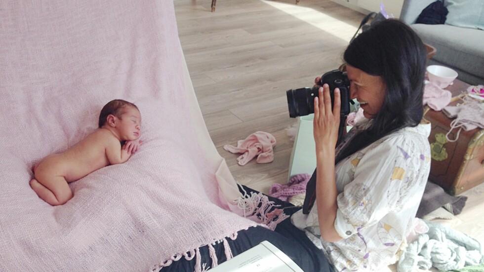 BABYFOTOGRAFERING: Et varmt rom og en rolig stemning er to ingredienser Lena Gill hos Babyfotografene mener man må ha for å få en vellykket fotografering. Foto: Lucy Salevik