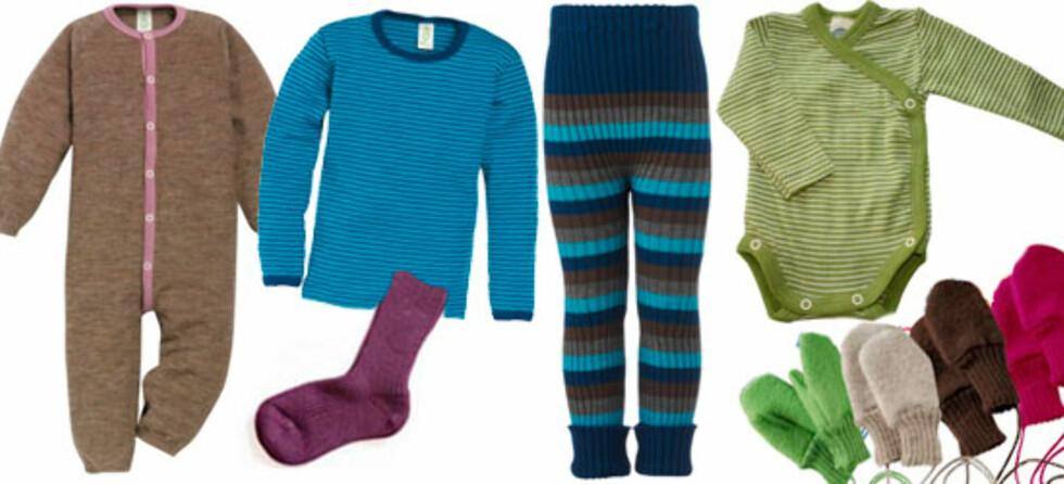 Fra venstre: Nøstebarn Lekedress ullfrotté (395,-)  Langermet trøye barn, ull/silke (Fra 205,-)  Tykke ullsokker (95,-)  Ribbestrikket bukse ull (fra 368,-)  Englebarn omslagsbody, (279,-)  votter av økologisk merinoull (139,-)