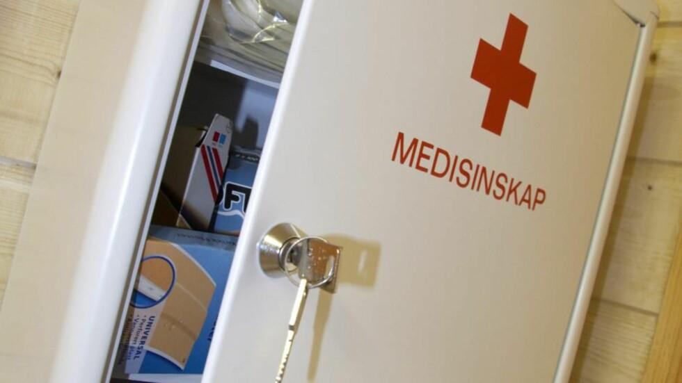 ET MUST I MEDISINSKAPET: Alle som har små barn bør ha medisinsk kull, som kan brukes ved forgiftning. Foto: NTB scanpix
