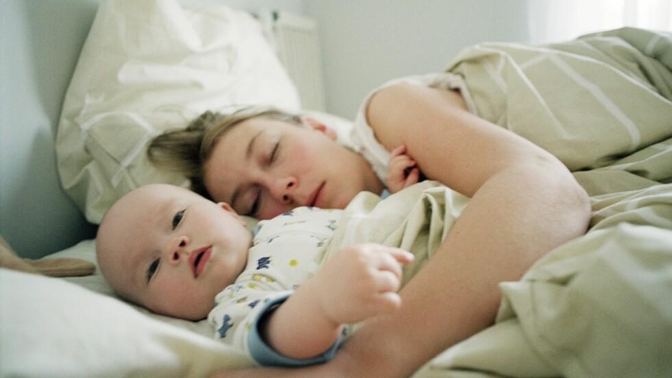 <b>SAMSOVING MED BABY:</b> Øker samsoving risikoen for krybbedød? Foto:  Andreas Bylund / NTB Scanpix