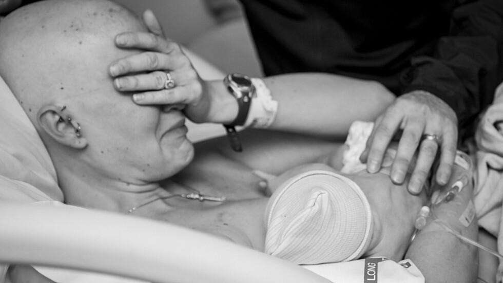 MED SIN NYFØDTE SØNN: Tidlig i graviditeten oppdaget Sarah at hun hadde en klump i brystet. Foto: Kate Murray Photography