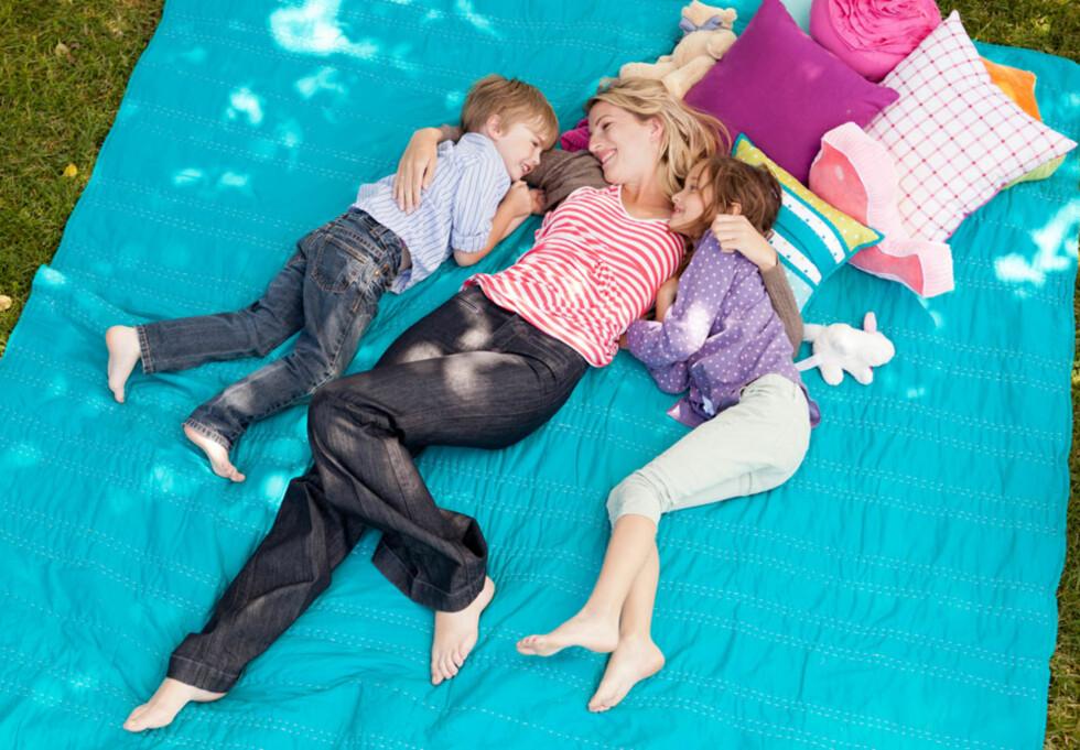 MER SPONTAN OG LIVSNYTENDE? - De yngre er flinkere til å ta ting som de kommer. Foto: NTB scanpix