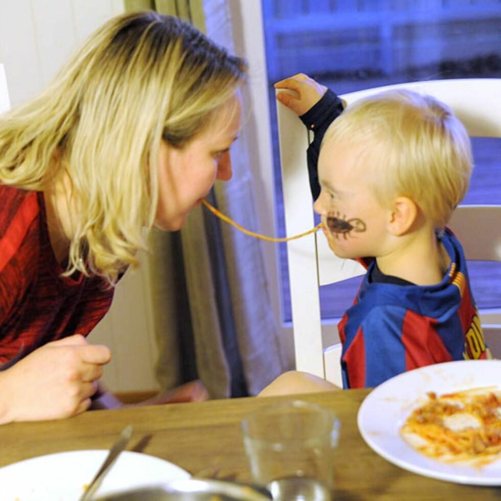 MIDDAG FOR TO: «Bare eeen til, så spiser vi vanlig. Okei?» Foto: Privat